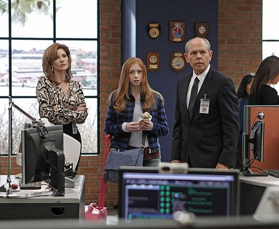 Hostující herci Joe Spano, Melinda McGrawová (zcela vlevo) a Juliette Angelo