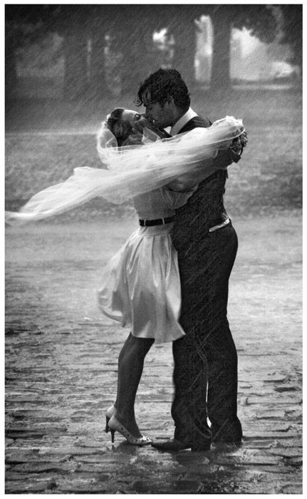 What a romantic picture. This couple is really enjoying the rain and is forgetting about the bad weather.