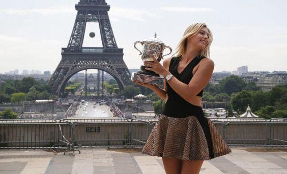 La rusa María Sharapova posa con el trofeo de Roland Garros que ganó por segunda ocasión en su carrera.