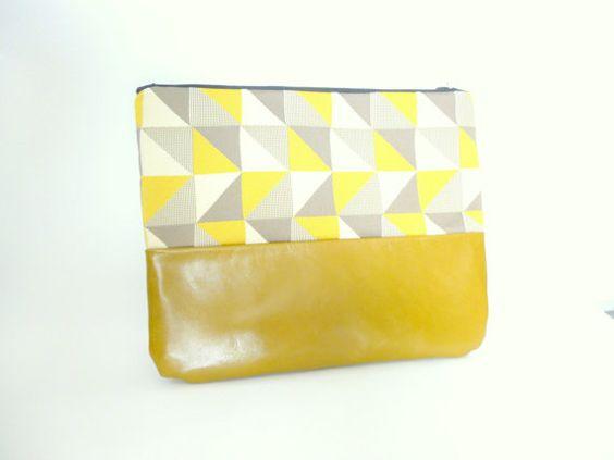 Pochette bi matiere graphique triangles moutarde par ImaeCreation #imae #pochettecuir