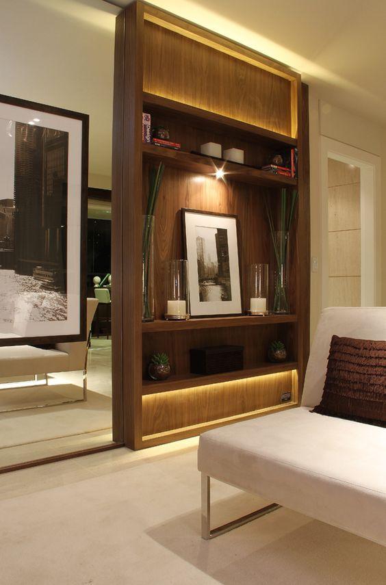 No living mostrado na foto acima, foi proposto um painel com itens de decoração e iluminação indireta, criando um ar sofisticado e aconchegante ao ambiente  http://ow.ly/9jpwz #tecnisa: