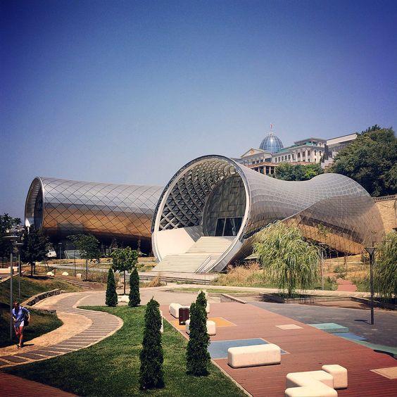 Al estar frente a grandes puntos públicos, el edificio atraerá muchos visitantes.