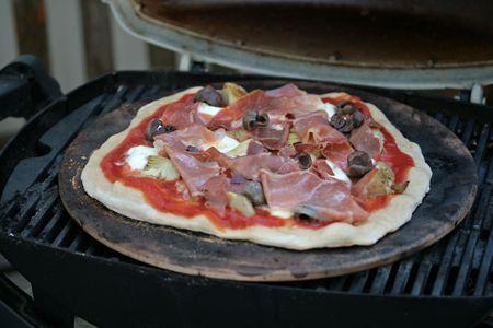 Pizza met artisjok en prosciutto