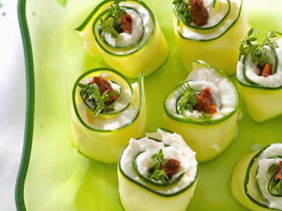 Perfekt zum Brunch oder fürs Partybüfett! Gurken-Frischkäse-Röllchen - smarter - Kalorien: 62 Kcal - Zeit: 30 Min.   eatsmarter.de
