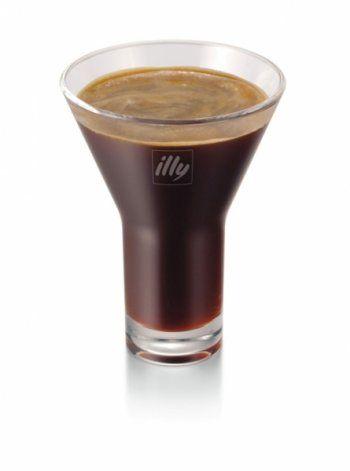 Avec l�arriv�e de l��t�, Salvatore, barista illy, propose de d�couvrir toute une gamme de produits permettant de d�guster le caf� autrement.