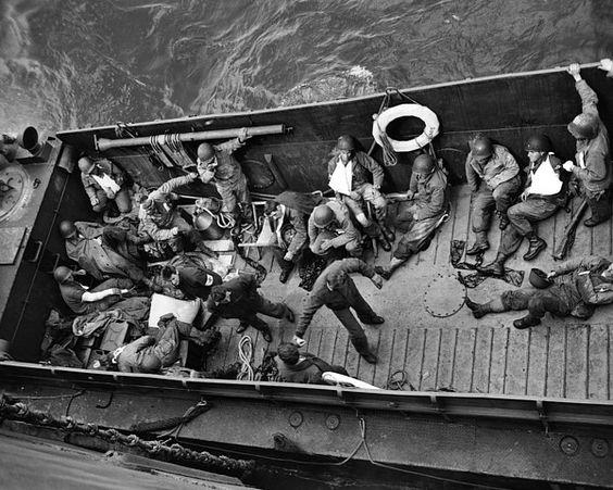 Soldados heridos, son evacuados, en una embarcación ambulancia el día D, en Normandía, Francia, 06 de junio de 1944.
