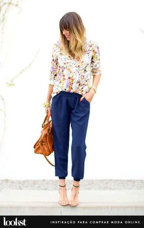 Look super charmoso que combina a estampa floral com uma calça colorida!