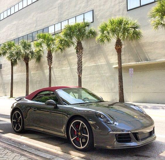 Dit is een Porsche 911 Carrera 4S  cabriolet, de eerste cabriolet Porsche is gemaakt vanaf 1982. De voorganger van deze auto is Porsche 356, concurrenten van deze auto's zijn: Aston Martin V8 Vantage, Gallardo, BMW 6-Serie, Ferrari F430, Lamborghini en Maserati Coupé. De Porsche in ontworpen door Ferdinand Butzi Porsche.