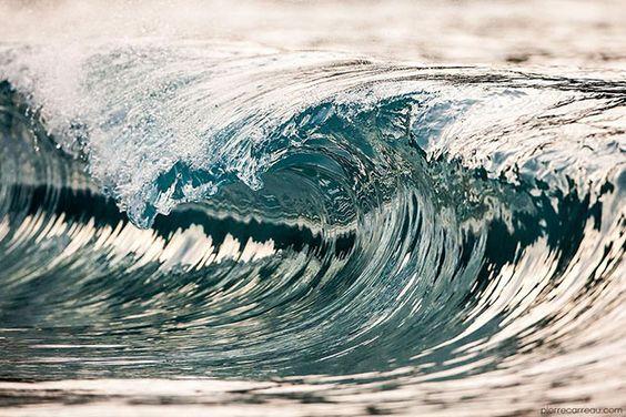» AquaViva: Maravillosas fotografías de olas por Pierre Carreau carreau-8 El fotógrafo Pierre Carreau nació en 1972 cerca de París, rodeado de una familia de artistas incluyendo a un fotógrafo, pintor y escultor, todo lo cual influiría en su educación creativa, así como su producción artística. Como un niño que siempre estaba fascinado por la manifestación de las olas y la diversidad de color, la forma y el tamaño que se encuentra en cada uno de ellos. Algunos de sus primeros proyectos…