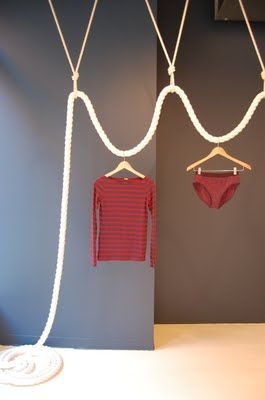 idea perfecta para presentar prendas estrella. #escaparatismo #visualmerchandising