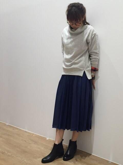 秋のお出かけ トレンドのプリーツスカートと変形のスウェットを合わせて。秋の新作を見に行きましょ!  トップス 品番 6407-9802 価格 ¥6900(+税)