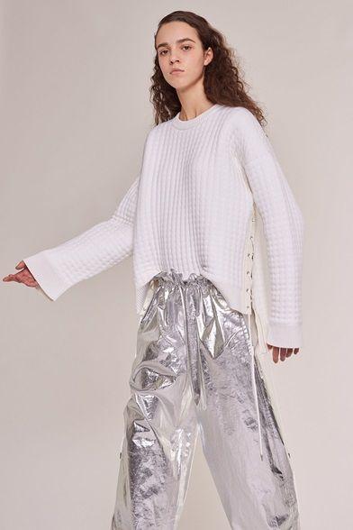 Guarda la sfilata di moda Paco Rabanne a Parigi e scopri la collezione di abiti e accessori per la stagione Pre-Collezioni Autunno-Inverno 2017-18.