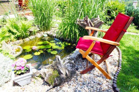 Kies-Patio mit Seerosenteich und hohen Gräsern | 29 Ruhige Garten ...