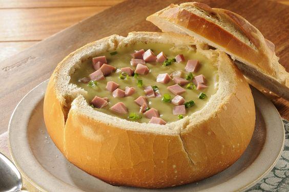 Sopa de ervilha com mortadela no pão italiano