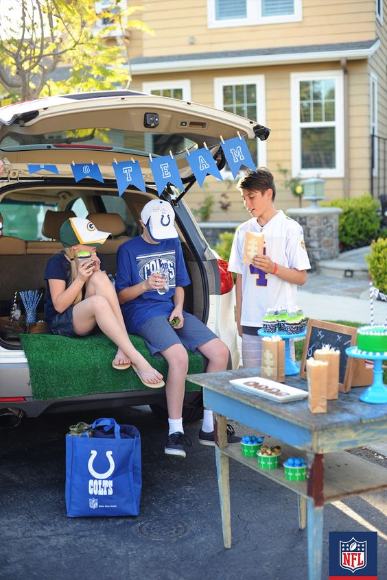 Need some tailgating inspiration for the next Colts game day? Set up an old table with game day essentials, like Colts drinkware, team-colored cupcakes and your favorite blue and white striped straws. (via Pink Peppermint Design)