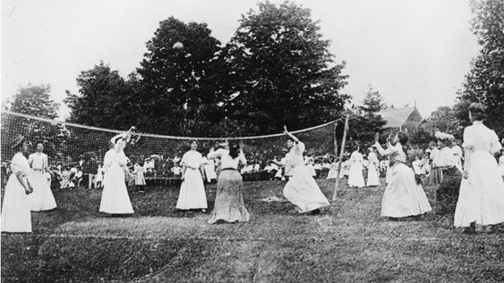 La première partie de « Mintonette », ancêtre du Volley-Ball, fut jouée le 2 décembre 1895 près de Springfield.  Elle était un peu différente du volley d'aujourd'hui : le nombre de joueurs sur le court n'était pas limité, ensuite, le nombre de touches de balle avant d'envoyer le ballon dans le camp adverse n'était pas limité non plus. Un match était composé de neuf tours avec trois services pour chaque équipe dans chaque tour. Lors d'une erreur de service, un deuxième essai était permis.