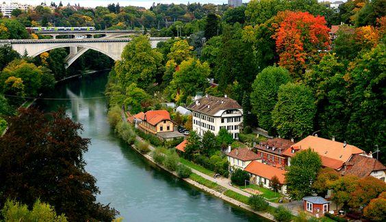 Trilhos sobre Rio Aare em Berna