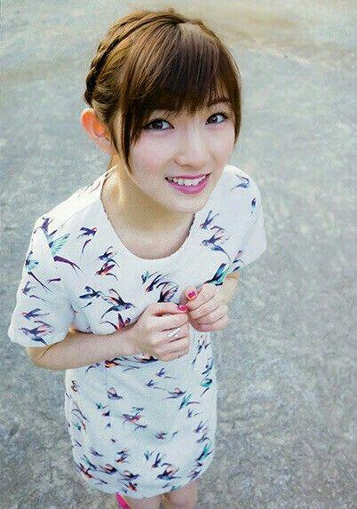 白い服の岡田奈々