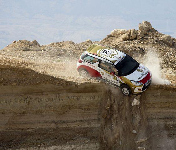 JORDANIE, Sweimeh. Le pilote Mohammed al-Sahlawi et son co-pilote Allan Harryman évitent de peu de tomber d'une falaise à bord de leur Citroën DS3 R3 lors de la première étape du rallye de Jordanie, le 10 mai 2013