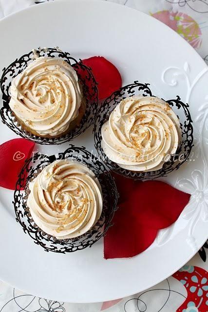 Cupcakes cu nuca de cocos si crema de bezea elvetiana cu dulce de leche. Reteta aici: http://bit.ly/xpvgHs
