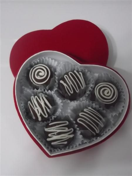 Presenteie namorado(a) ou esposo(a) com seis deliciosas trufas recheadas (sabores a escolher). A caixa ainda vira um lindo porta-jóia.