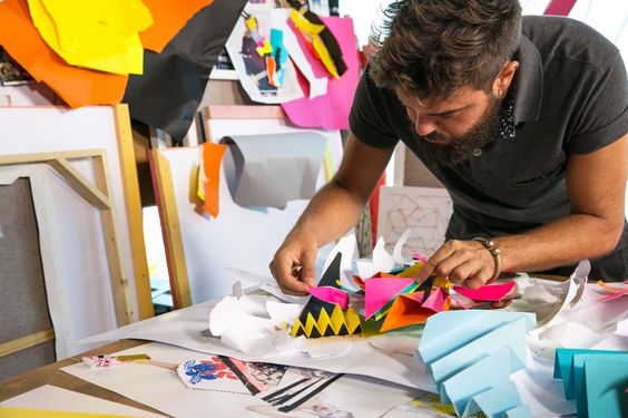 While he was studying for hisFine Arts degree at the University of La Laguna he began to focus on fashion as a framework for his discourse. Instead of buying canvases, he would uses pieces of white clothing with colors and patches, which led to a series of disagreements with his academic peers. During these years he explored painting, graffiti and photography but it became clear that he expressed himself best through the medium of collage.