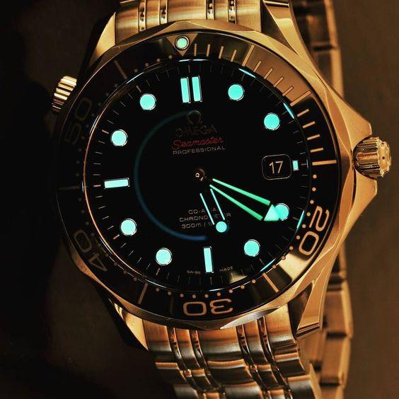 "Lumeshot of SMP! #omega#seamaster #diver#omegawatches #tidssonen#watchoftheday #watches#wristwatch#instacool #tidssonen#watchtime#fashion #mensfashion#shotoftheday #lume ""lumeshot by time_will_show #omega #seamaster #watchesformen"