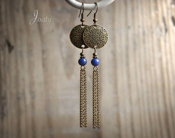 Boucles d'oreilles bronze, perles Lapis Lazuli, estampes et chaînettes : Boucles d'oreille par joaty