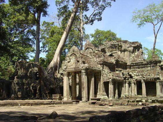 Jayavarman VII décide de la réalisation de ce temple au début de son règne à la fin du XIIe siècle. Le temple était avant tout une grande université avec plus de 1 000 professeurs. Selon les sources le temple aurait été bâtie sur un ancien champ de bataille...