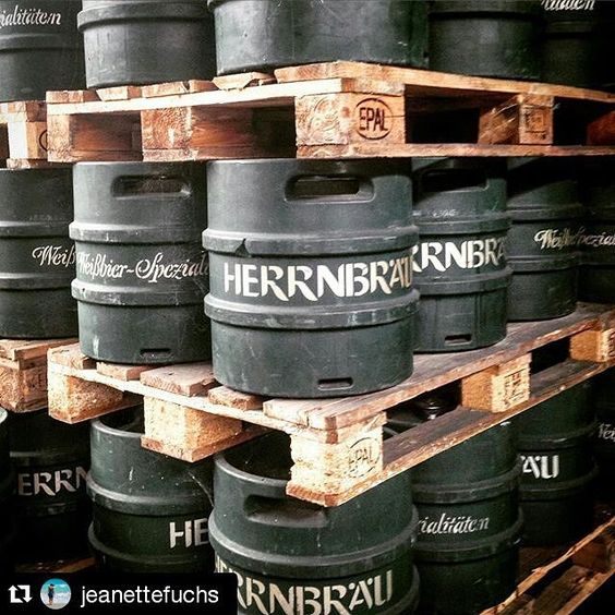 #Repost @jeanettefuchs #insiderei  Womit beginnt man den Tag in #Ingolstadt? Mit einer Führung durch das #Herrnbräu & einer #Bierkostprobe im 0,5 l Glas - wir sind hier ja schließlich in #Bayern  | #JungeDonau #beer #bavaria #tradition #brewery #presstrip #germany #reinheitsgebot #travelwithme