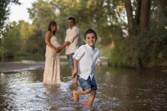Fotografia de embarazo y familiar en un rio