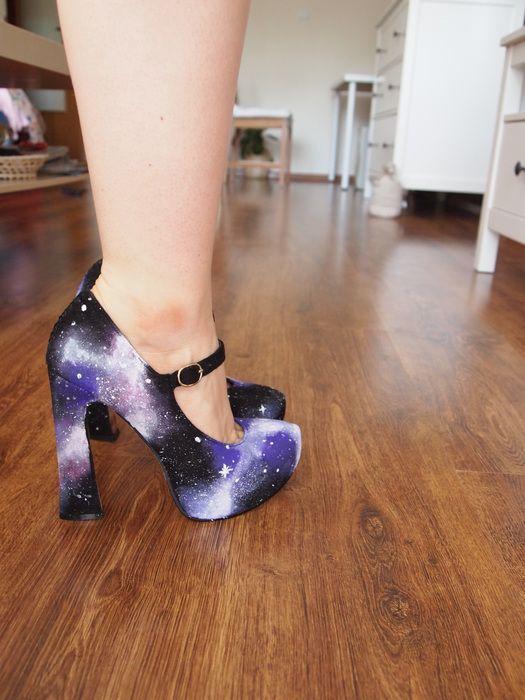 High heels s motivem vesmírných mlhovin ;) V reálu jsou barvy ještě intenzivnější, fialková je víc purpurovější a živější ...