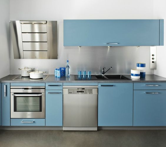 Cuisine DARTY bleu avec hotte design - Crédence en inox et façades ...