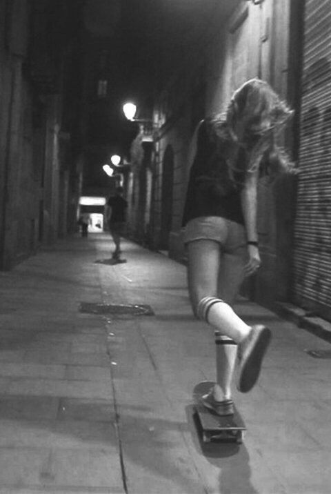 白黒画像の女性のスケートボード