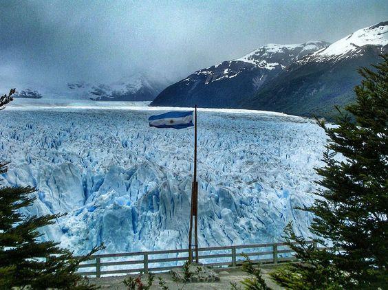 El #glaciar #PeritoMoreno es una gruesa masa de #hielo ubicada en el departamento #LagoArgentino de la provincia de #SantaCruz en la región de la #Patagonia #argentina al sudoeste del país.  #latinoamericaneando by latinoamericaneando