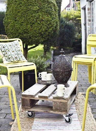 Petite table basse palette avec roulettes pour le jardin