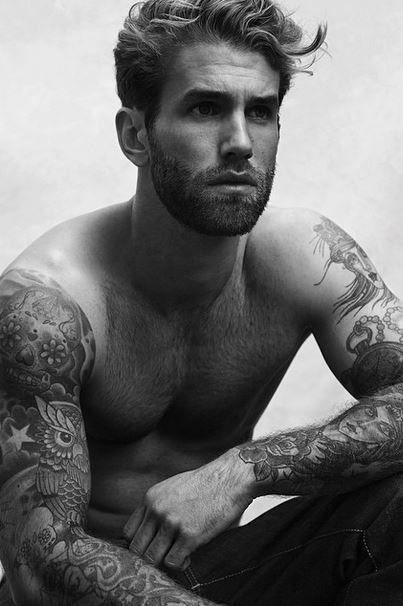 LE ÃÂ« CRUSH û DE LA SEMAINE : ANDRàHAMANN Un mannequin allemand âgé de 27 ans qui sâÂÂest fait remarquer pour ses tattoos dingues sur les bras (il a quand même la tête de Toad dans Mario sur le côté gauche) et qui a posé pour pas mal de marques comme Calvin Klein entre autres. Il a aussi et surtout fait parler de lui lâÂÂan dernier en échangeant quelques messages charmeurs avec Selena Gomez (il lui a même joué de la guitare dans un Instagram vidéo).