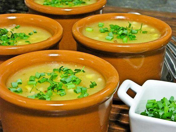 Caldo de Carne com Milho Verde e Mandioca 700 gramas de mandioca cozida 2 pedaços grandes de lagarto pronto 3 espigas de milho verde 2 pimentas de cheiro sem semente 2 colheres de sopa de manteiga sal a gosto cheiro verde torradas