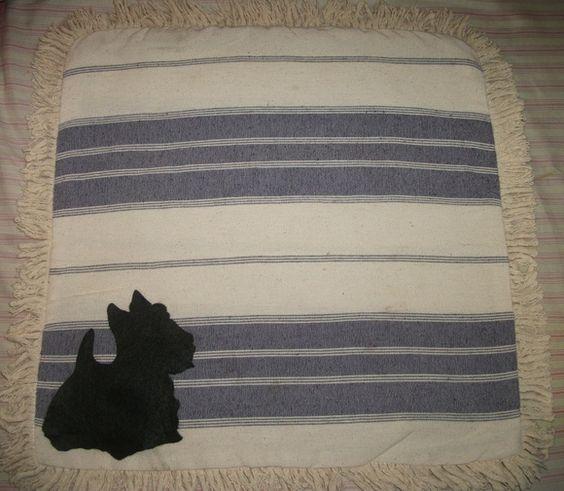 Capa de almofada   medida 40 x 40   tecido algodão  com listras  aplique de Scottish Terrier    Linda! R$ 18,00