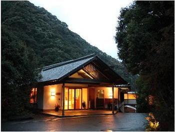 椎葉山をバックに佇む趣のある宿