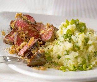 Steakstreifen mit Erbsen-Kartoffelpüree und Röstzwiebelbutter