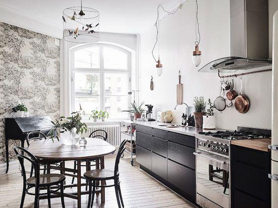 Cocina lineal / dormitorio pared negra / un elegante estudio de ...
