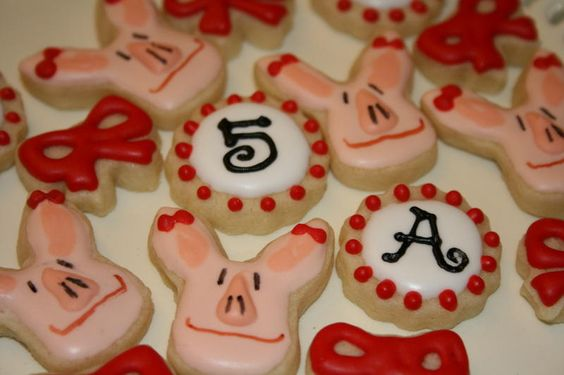 mini sugar cookies...wonder where i can find a cookie cutter for olivia?