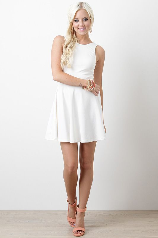 Es un vestido blanco.