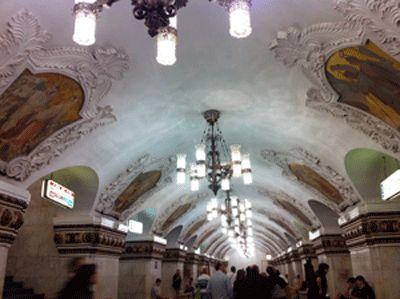 As estacoes dee metro da russia sao bem bonitas. parecem museus. São 182 estações, vale a pena dar uma circulada para conhecer, mas cuidado para não se perder! Arbatskaya...