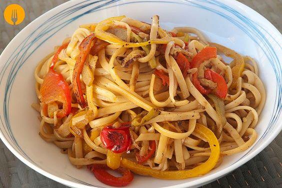 Tallarines chinos con verduras Cocinar a la plancha es fácil, rápida y muy saludable, puesto que apenas tenemos que poner aceite para cocinar los alimentos