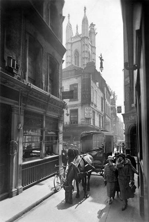 George Davison Reid était membre de la Société des Antiquaires de Londres qui encourageait l'étude de l'architecture londonienne, c'est pourquoi il prenait des photos des bâtiments anciens, ici dans Bow Lane. http://bit.ly/2ck3xVi