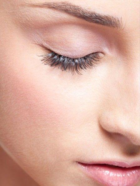 Täglich getuscht und wieder abgeschminkt: Das kann Wimpern spröde und brüchig werden lassen. Deshalb ab und zu über Nacht stärkende Wimpernpflege verwenden.