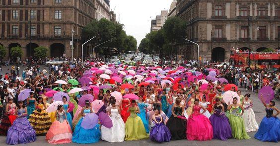 Rolezinho das debutantes (brincs). Festa coletiva de 15 anos na Cidade do México.