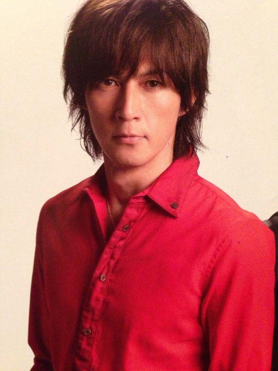 赤色シャツの稲葉浩志